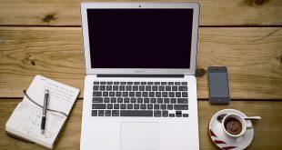 Pracovný notebook na stole