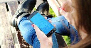 Telefón v ruke sediacej osoby