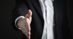 Muž podáva ruku na znak dohody